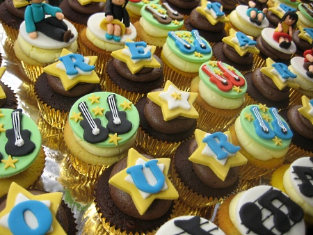happy-birthday-music-customized-cupcakes