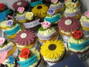 happy-birthday-flower-customized-cupcakes
