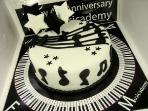 musical-Happy-birthday-themed-cake