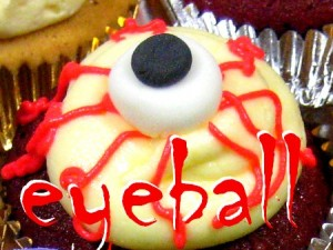 eyeball Halloween cupcake