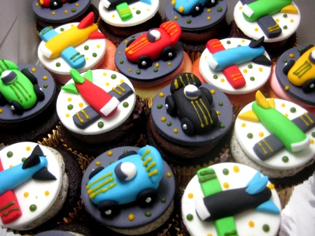 happy-birthday-airplane-car-customized-cupcakes