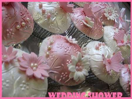 pink-wedding-favor-cupcakes